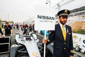 Un rappresentante della Saudia Airline con il cartello di Sébastien Buemi, Nissan e.Dams, Nissan IMO1
