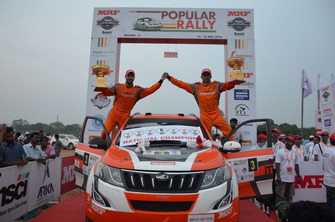 Winner Gaurav Gill and Musa Sherif, Mahindra Adventure Super XUV500