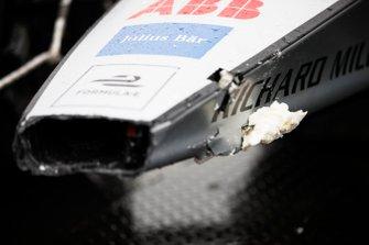 La voiture endommagée d'Edoardo Mortara, Venturi Formula E, Venturi VFE05, est ramenée au stand