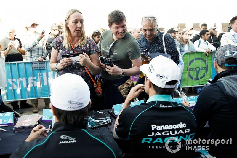 Nelson Piquet Jr., Jaguar Racing, Mitch Evans, Jaguar Racing, firma autógrafos para los aficionados.