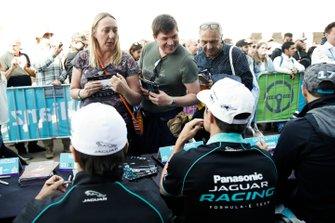 Nelson Piquet Jr., Jaguar Racing, Mitch Evans, Jaguar Racing, firmano autografi