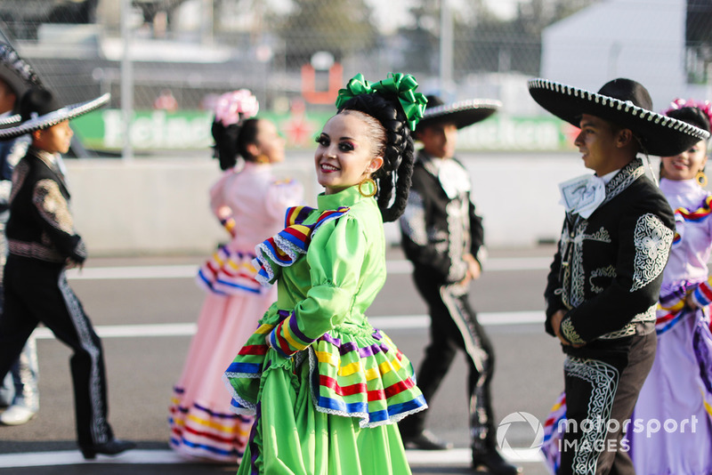 Mexican dancers in the pit lane