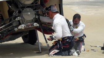#306 PH-Sport Peugeot 3008 DKR: Sébastien Loeb, Daniel Elena, riparano la loro auto