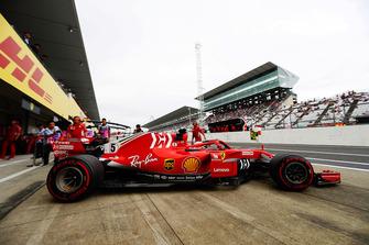 Sebastian Vettel, Ferrari SF71H, wyjeżdża z garażu