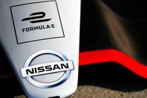 Эмблема Nissan на носовом обтекателе IMO1