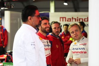 Dilbagh Gill, CEO, Team Principal, Mahindra Racing, Jérôme d'Ambrosio, Mahindra Racing, Nick Heidfeld, Felix Rosenqvist (SWE) Mahindra Racing, in the garage