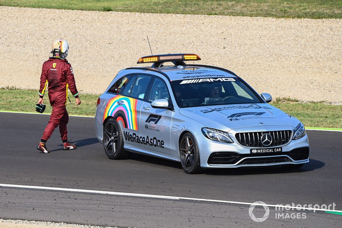 El Medical car se lleva a Sebastian Vettel, Ferrari