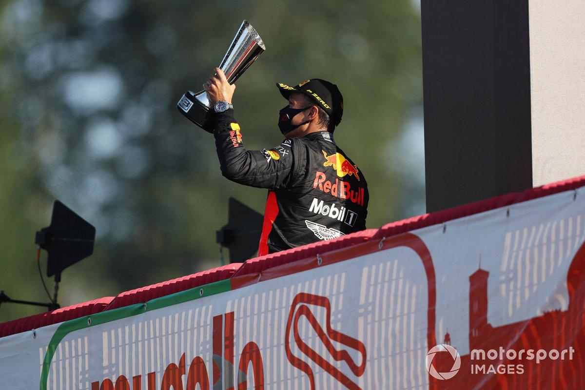 Alex Albon, Red Bull Racing, terzo classificato, con il trofeo