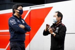 Toyoharu Tanabe, Director Técnico de Honda F1 y un ingeniero de AlphaTauri en el paddock