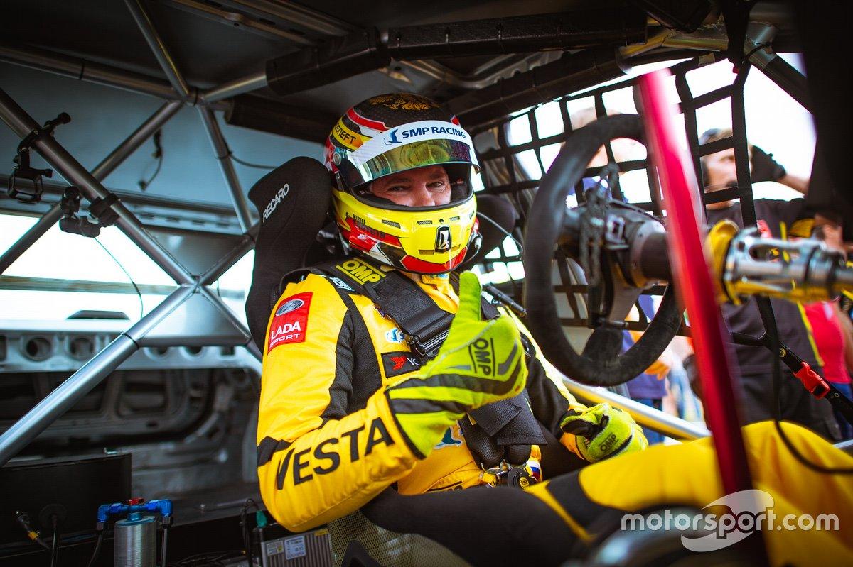 Кирилл Ладыгин, не пропустивший ни одной гонки Lada Vesta в «Туринге», поначалу «не заметил» неприятных нюансов в управляемости, Три с лишним года назад он выиграл первую же квалификацию, в которой стартовал на Vesta, А потом и первую же гонку