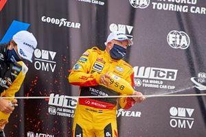 Podium: Race winner Tom Coronel, Comtoyou DHL Team Audi Sport Audi RS3 LMS