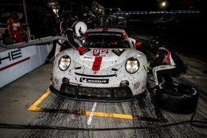 #912 Porsche GT Team Porsche 911 RSR - 19, GTLM: Laurens Vanthoor, Earl Bamber, Mathieu Jaminet, pit stop