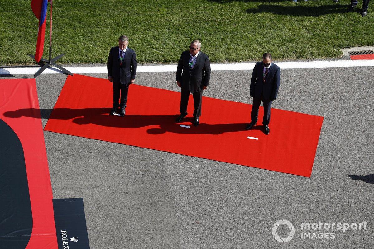 Dimitry Kozak e altri politici Russi sulla griglia di partenza prima della partenza