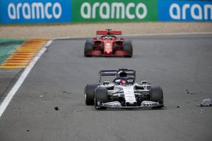 Daniil Kvyat, AlphaTauri AT01, Sebastian Vettel, Ferrari SF1000, through the debris field