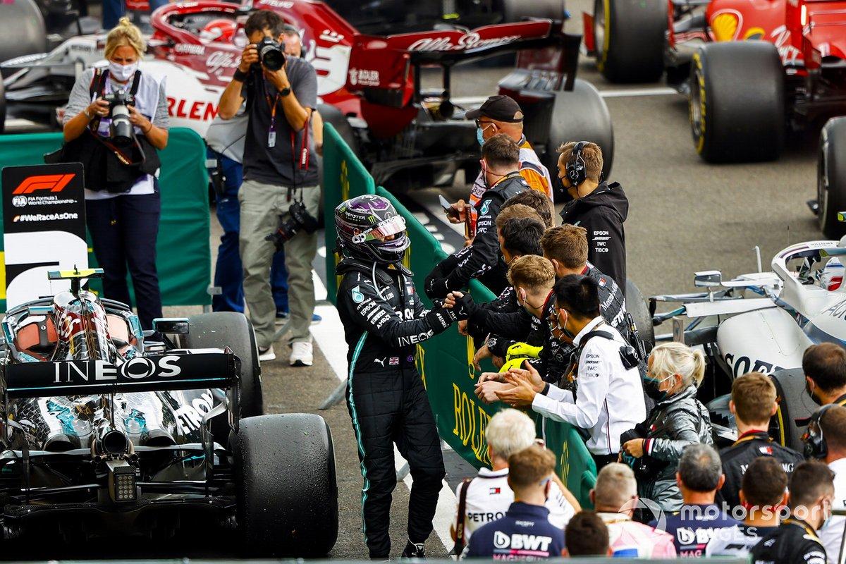 Race Winner Lewis Hamilton, Mercedes-AMG F1 festeggia nel parco chiuso con il team
