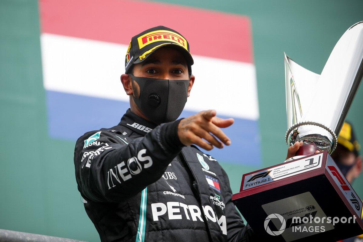 Il vincitore Lewis Hamilton, Mercedes-AMG F1 festeggia sul podio con il trofeo