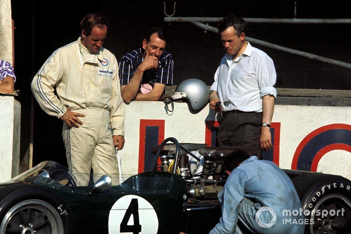 Гонка в слипстриме продолжалась до 30-го круга из 68, когда остановился Хьюм. Моторы Repco, которые стояли на Brabham BT24, славились надежностью. Но в условиях пиковой нагрузки им было сложно. Во второй раз за три дня не выдержала прокладка блока…