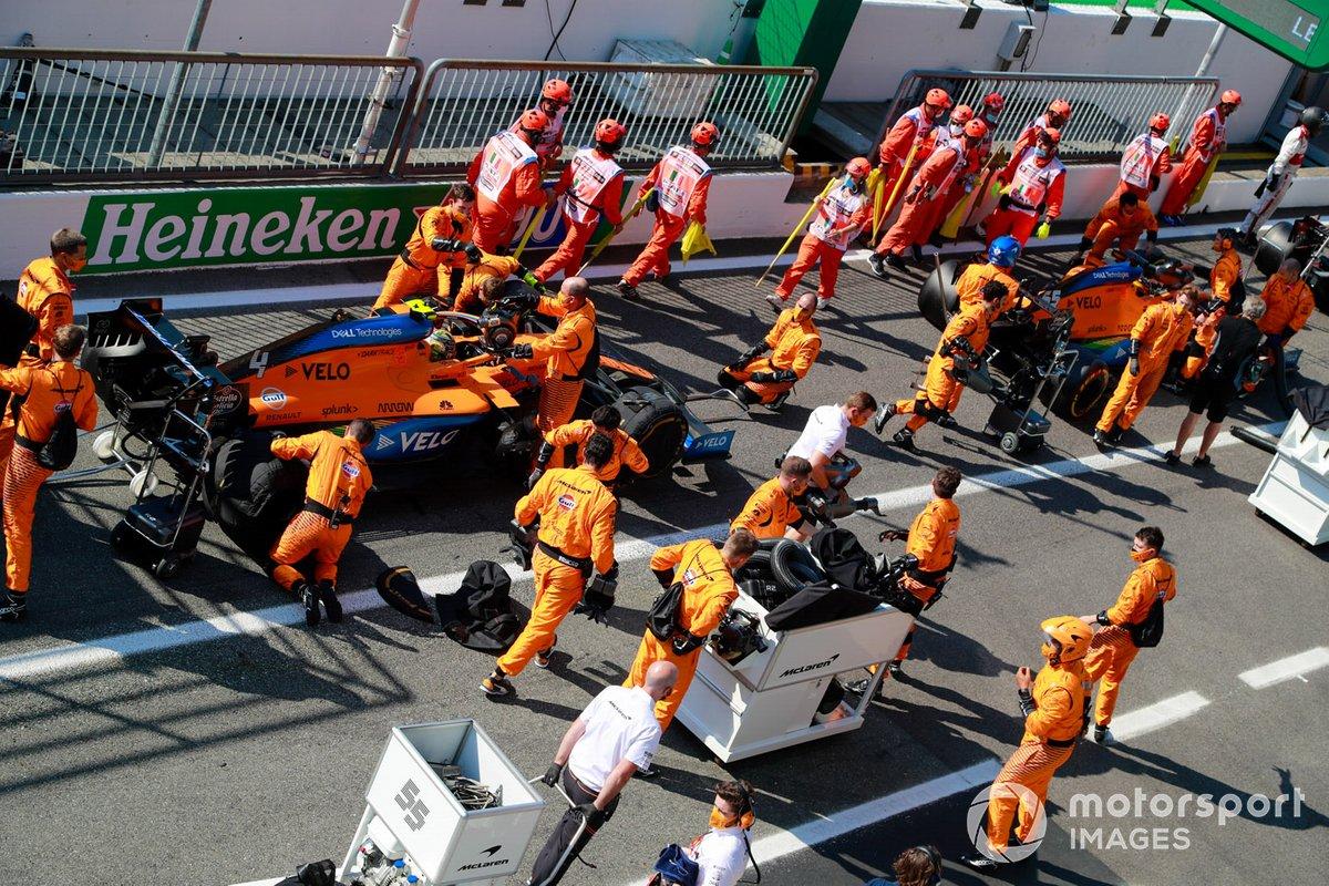 Lando Norris, McLaren MCL35 en pits