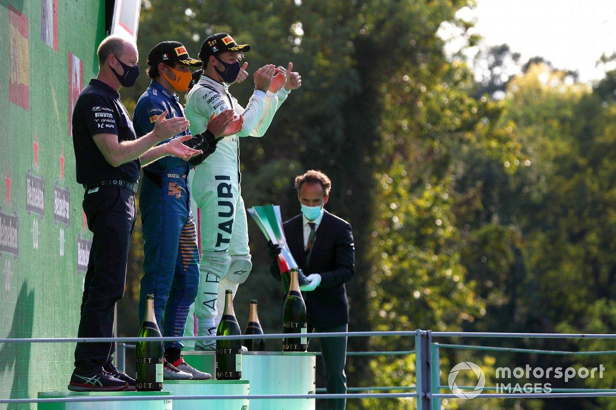 Carlos Sainz Jr., McLaren, y Pierre Gasly, AlphaTauri, en el podio de Monza