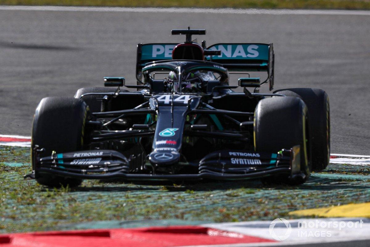 Lewis Hamilton, Mercedes F1 W11, taglia una curva