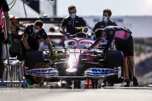 Racing Point mechanics with the car of Lance Stroll, Racing Point RP20