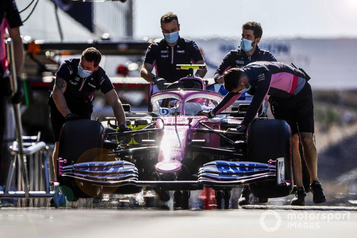 Los mecánicos de Racing Point con el coche de Lance Stroll, Racing Point RP20