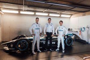 Stoffel Vandoorne, Mercedes-Benz EQ Formula E Team, und Nyck De Vries, Mercedes-Benz EQ Formula E Team, mit Ian James und dem Mercedes-Benz EQ Silver Arrow 02