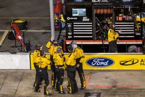 Brad Keselowski, Team Penske, Ford Mustang Western Star/Alliance Parts crew celebrates