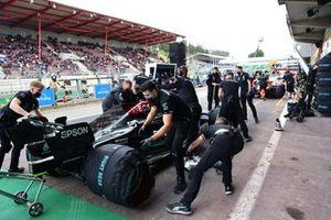 Meccanici in pit lane con Valtteri Bottas, Mercedes W12