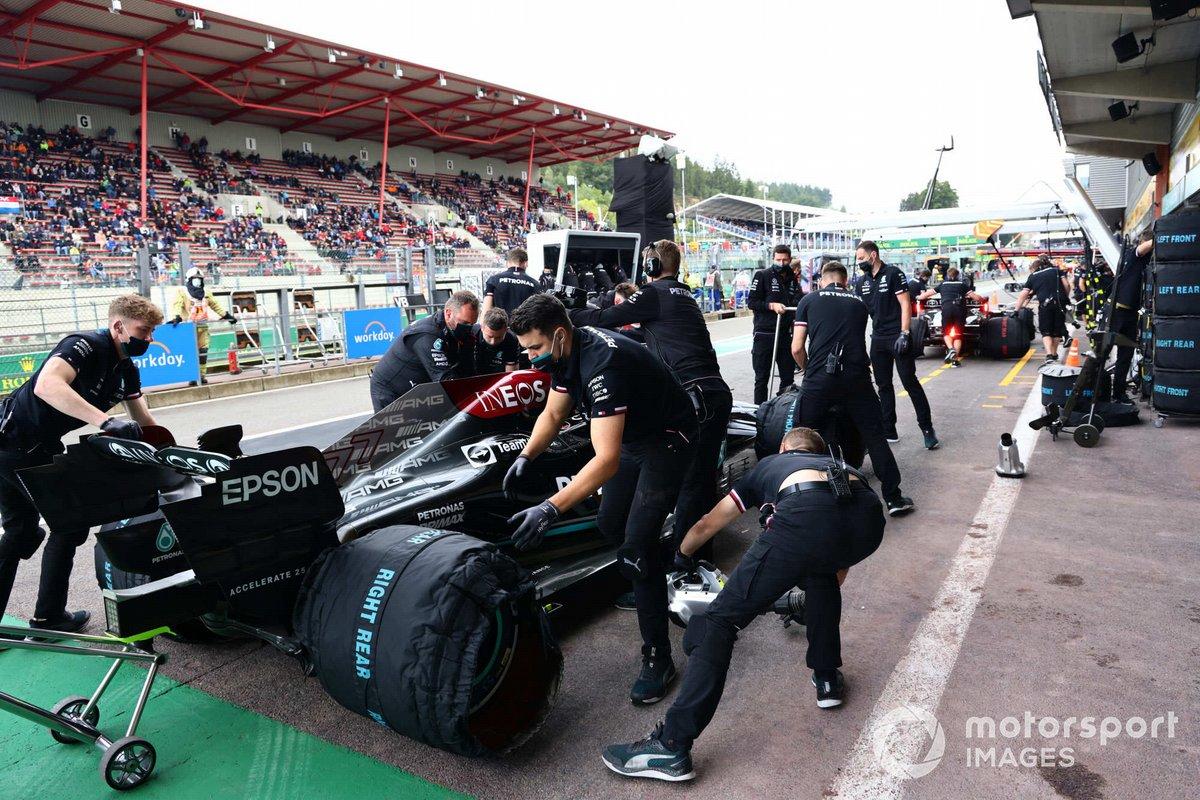 Mecánicos en el pit lane con Valtteri Bottas, Mercedes W12
