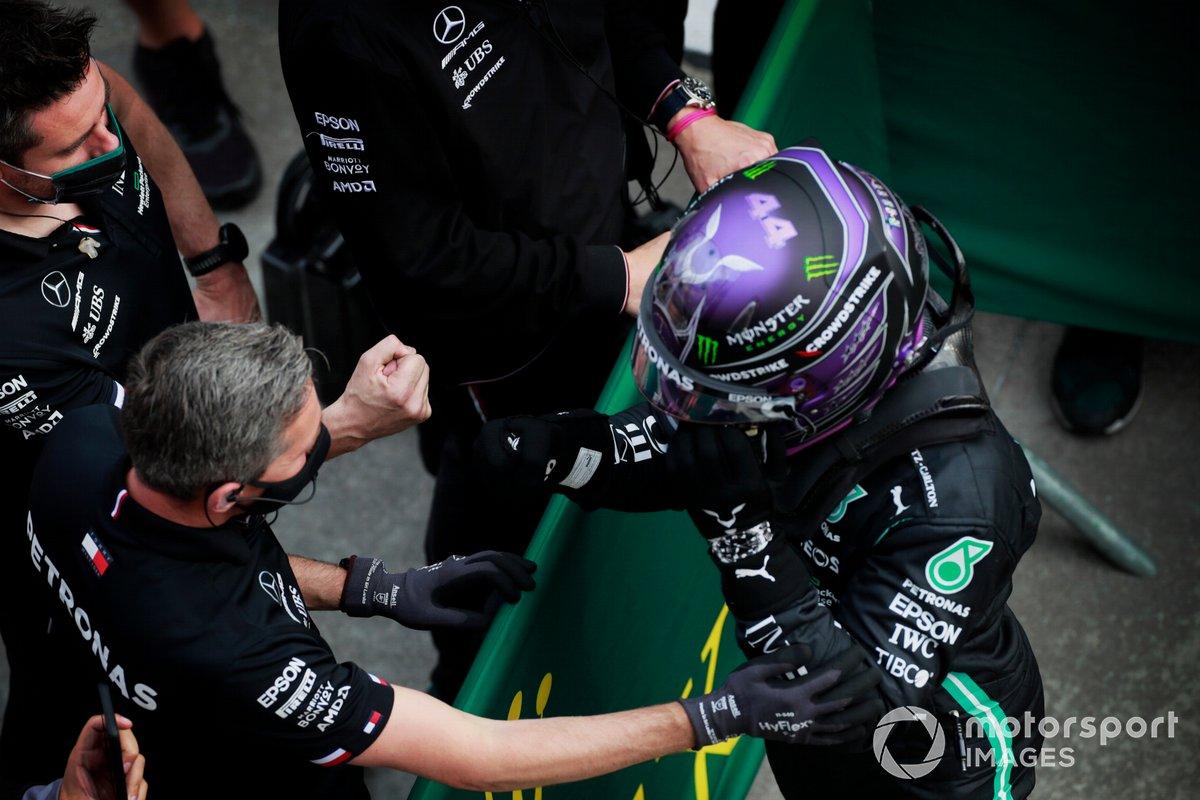 Pole man Lewis Hamilton, Mercedes, festeggia al Parc Ferme con i membri del team