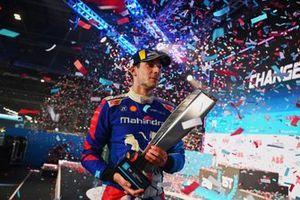Alex Lynn, Mahindra Racing, 1e plaats, met zijn trofee terwijl de confetti valt