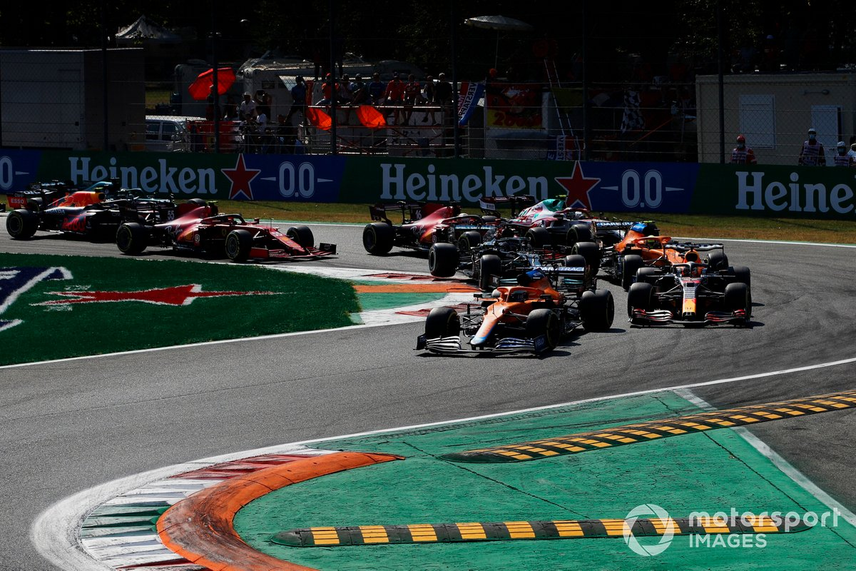 Arrancada: Daniel Ricciardo, McLaren MCL35M, Max Verstappen, Red Bull Racing RB16B, Lando Norris, McLaren MCL35M, Lewis Hamilton, Mercedes W12