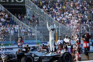 Il campione Nyck de Vries, Mercedes-Benz EQ, EQ Silver Arrow 02, festeggia