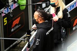 Lewis Hamilton, Mercedes, est interviewé après les qualifications
