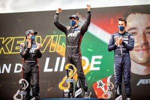 Podium: Racewinnaar Kelvin van der Linde, Abt Sportsline, tweede plaats Mike Rockenfeller, Abt Sportsline, derde plaats Alex Albon, AF Corse