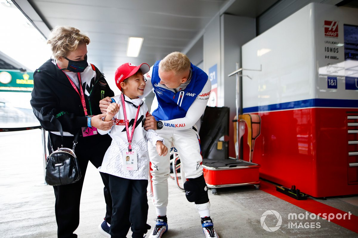 Nikita Mazepin, Haas F1, with a young guest