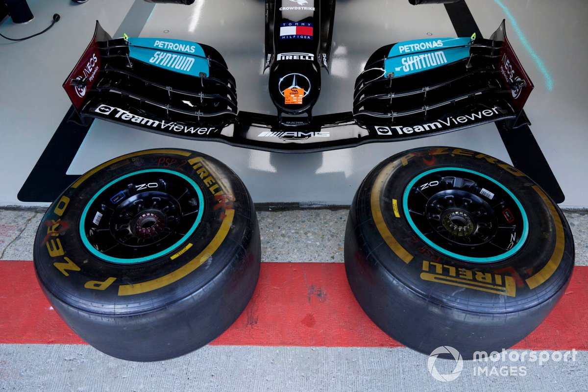 Neumáticos en el garaje de Mercedes