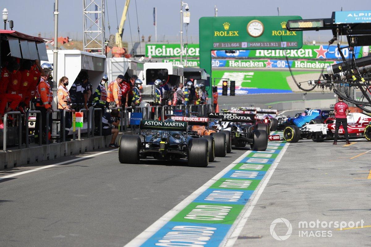 Daniel Ricciardo, McLaren MCL35M, e Lance Stroll, Aston Martin AMR21, in pit-lane