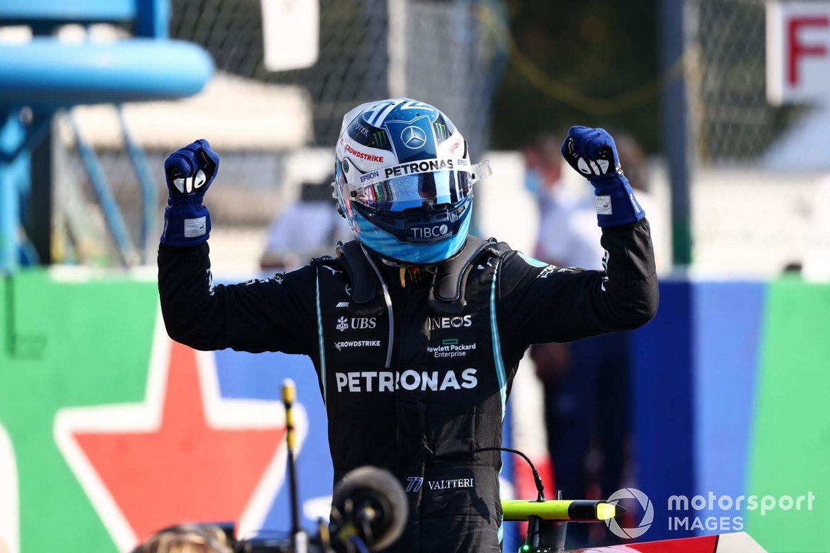 Valtteri Bottas, Mercedes, 1a posizione, festeggia dopo aver vinto la Sprint Qualifying