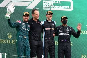 Podio: segundo lugar Sebastian Vettel, Aston Martin, Laurent Rossi, CEO Alpine F1, ganador Esteban Ocon, Alpine F1, tercer lugar Lewis Hamilton, Mercedes