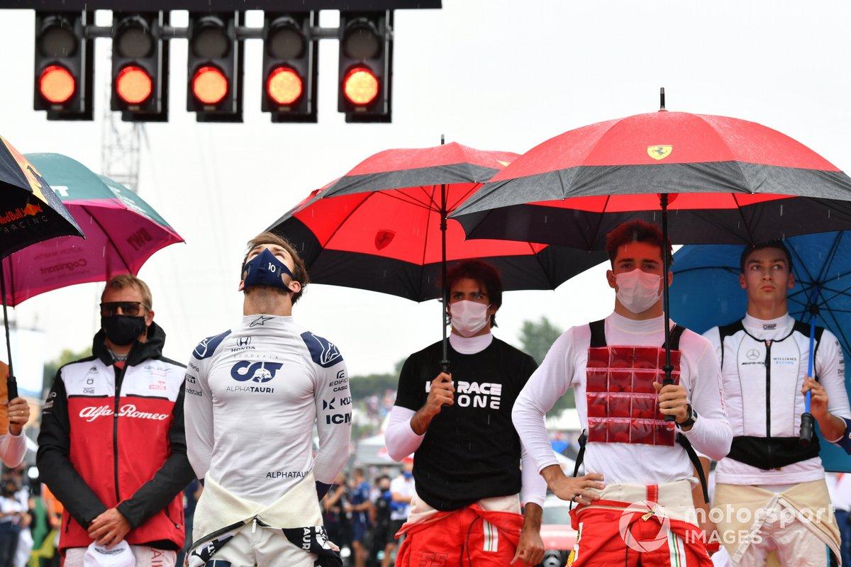 Kimi Raikkonen, Alfa Romeo Racing, Pierre Gasly, AlphaTauri, Carlos Sainz Jr., Ferrari, Charles Leclerc, Ferrari, y George Russell, Williams, en la parrilla