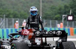 Valtteri Bottas, Mercedes, loopt weg van zijn beschadigde auto na crash bij de start