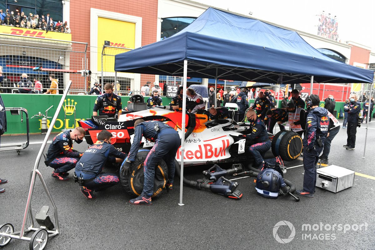Los mecánicos de Red Bull preparan el coche de Max Verstappen, Red Bull Racing RB16B, en la parrilla de salida
