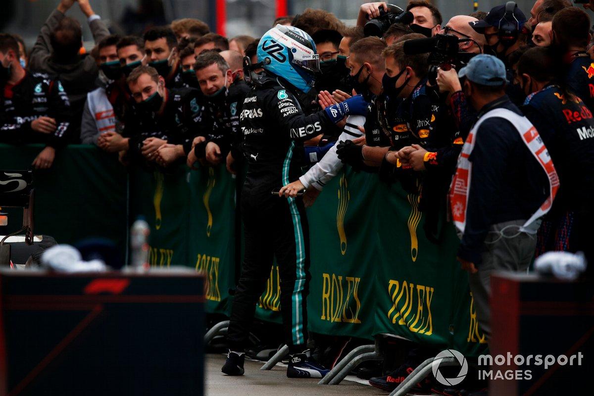 Valtteri Bottas, Mercedes, 1a posizione, festeggia con la sua squadra nel Parc Ferme