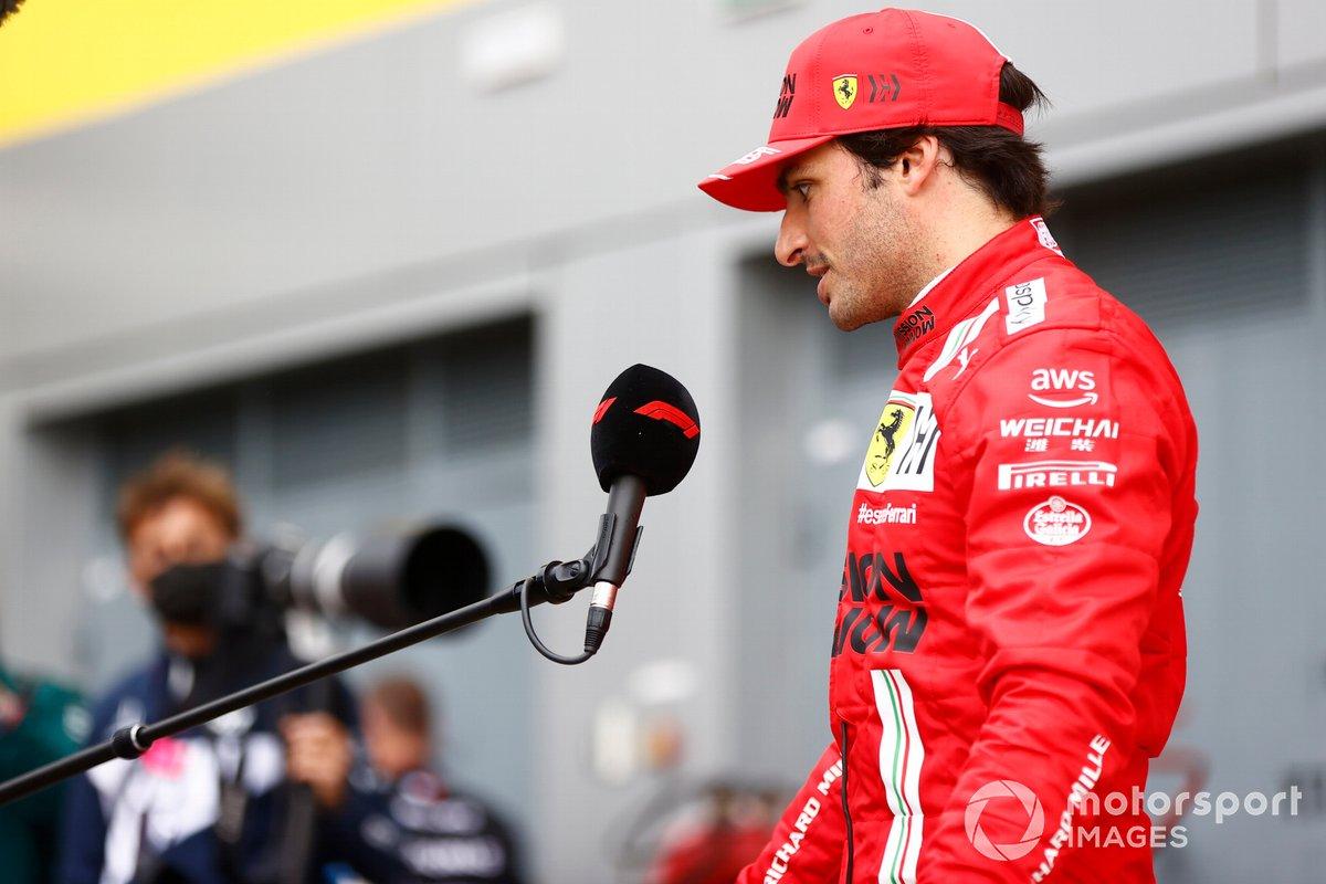 Carlos Sainz Jr., Ferrari, terzo classificato, viene intervistato dopo la gara