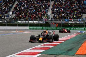 Max Verstappen, Red Bull Racing RB16B, Charles Leclerc, Ferrari SF21