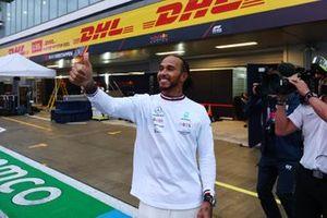 Lewis Hamilton, Mercedes, 1e plaats, zwaait naar fans na de race