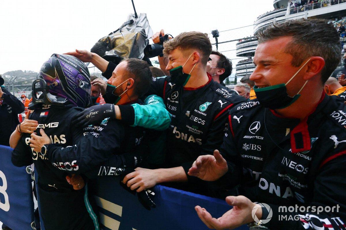 Ganador Lewis Hamilton, Mercedes, celebra con su equipo en Parc Ferme