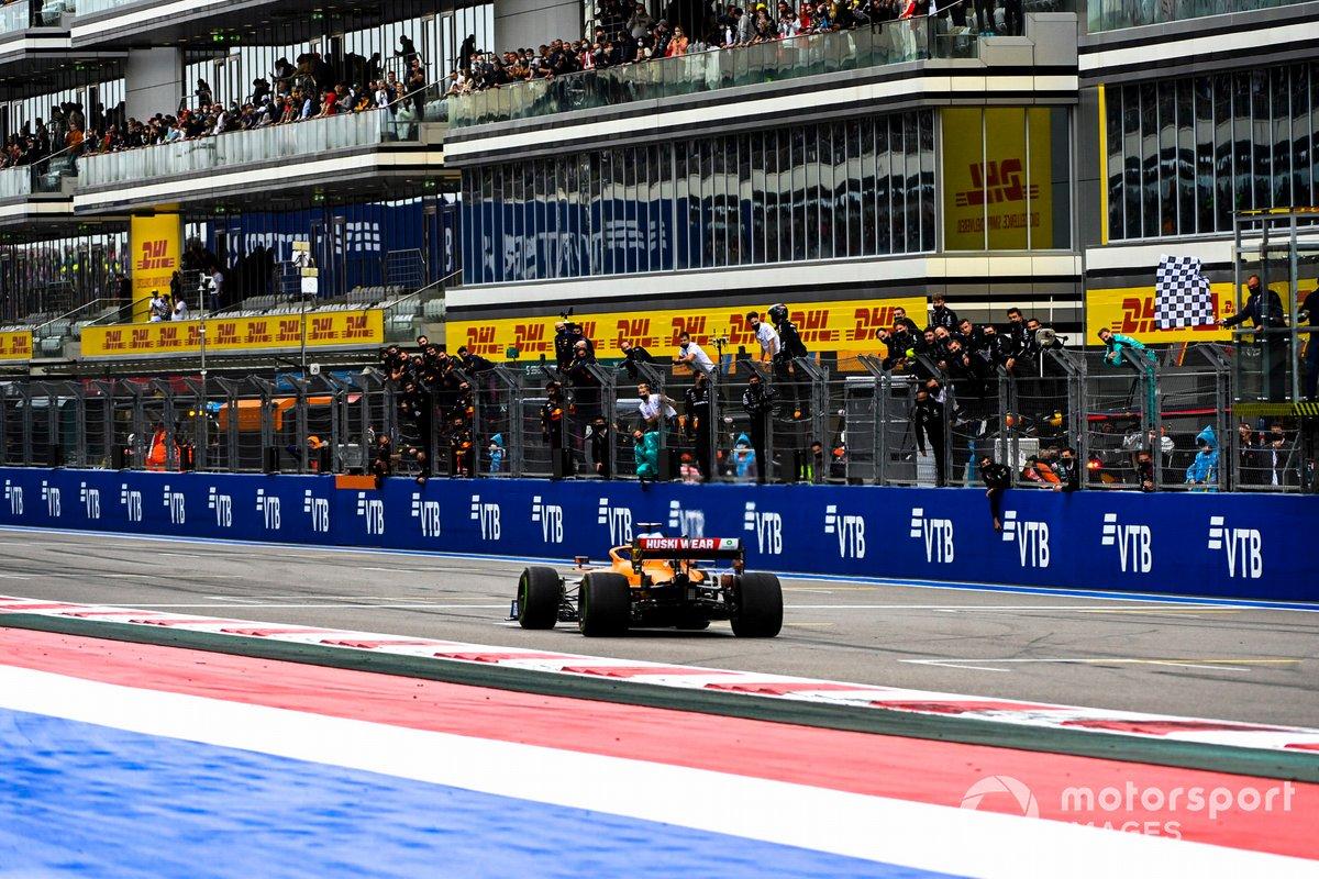 Daniel Ricciardo, McLaren MCL35M , cruza la línea de meta